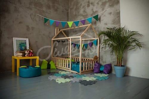 cama casita Montessori con barandilla